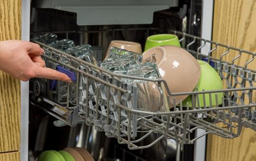 Смена положений корзины для удобного размещения посуды